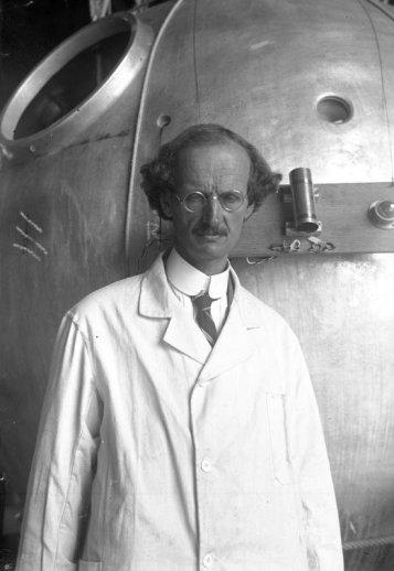Prof. Auguste Piccard (die model stond voor. Zonnebloem, de typische verstrooide professor) in 1932