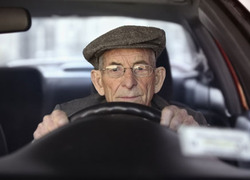 oude man in auto