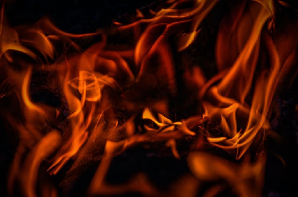 Bij het opstoken van de barbecue brandt het hout langzaam op en gloeit het vuur na.